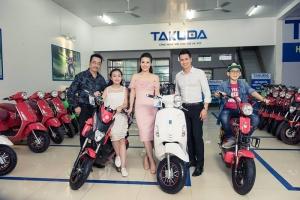 Người phán xử tới mua xe tại Showroom Xe Điện Takuda