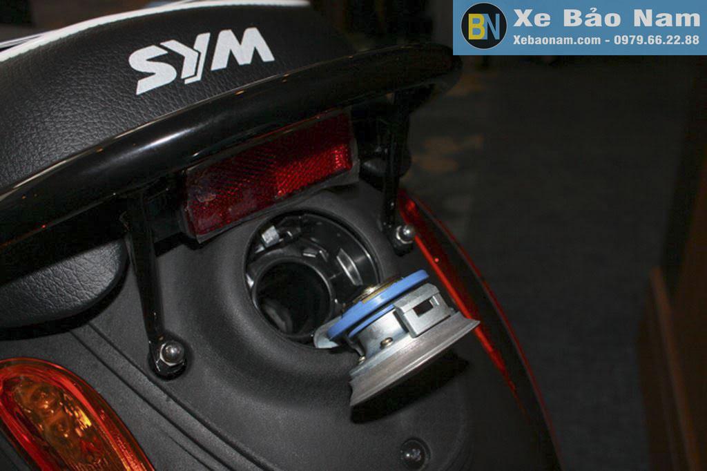 xe-ga-50cc-elite-den-nham-do-xang