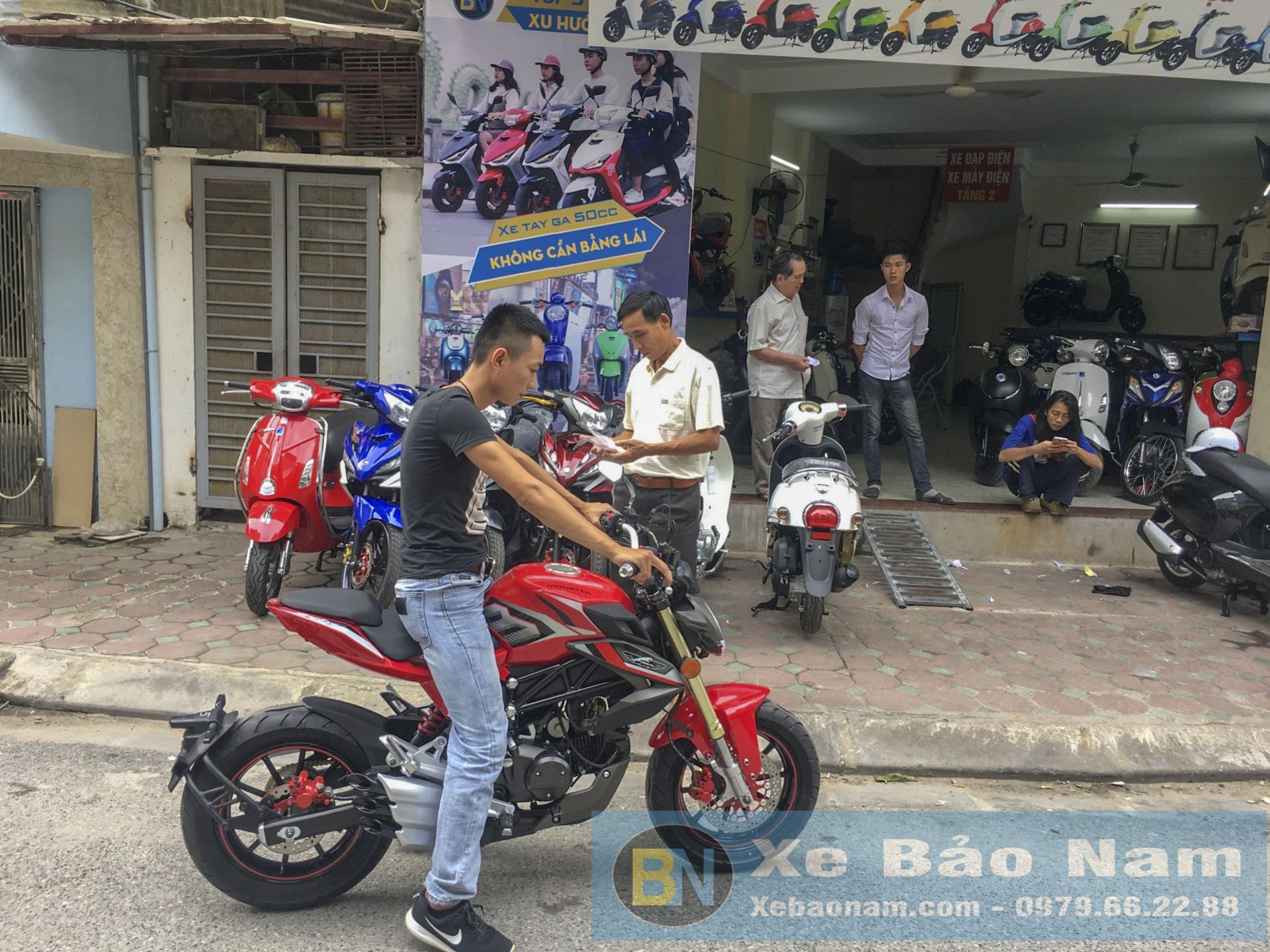 khach-hang-mua-mv-agusta-mini-u1-110cc