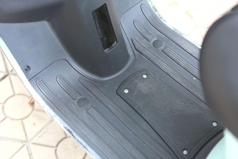 Sàn để chân xe máy điện Vespa Nioshima Lx