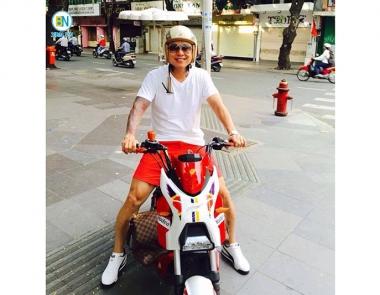 Ca sĩ Tuấn Hưng sử dụng xe máy điện Xmen làm phương tiện di chuyển